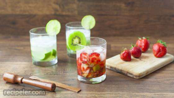 Caipirinha de Morango com Kiwi (Strawberry Kiwi Cocktail)