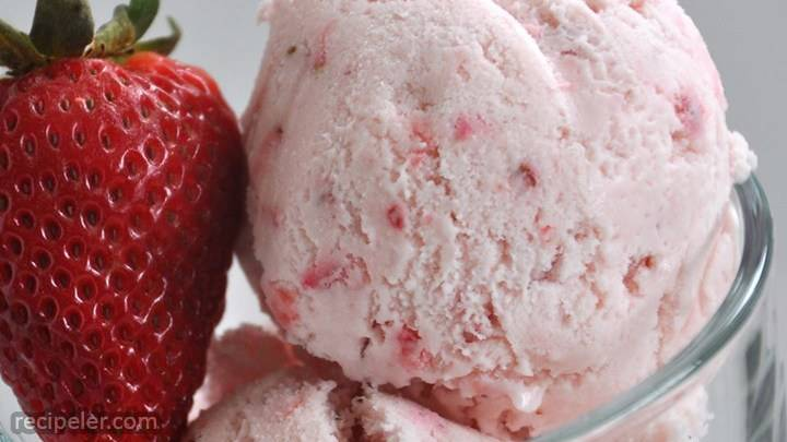 Easy, Eggless Strawberry Ce Cream