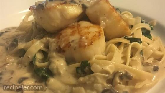 New Year Spinach Fettuccine with Scallops