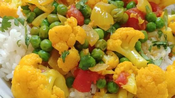 vegetarian ndian cauliflower and pea curry