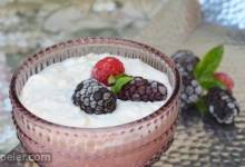 Kalter Milchreis mit Brombeeren (Cold Rice Pudding with Blackberries)